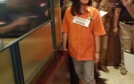 Penampakan Jesika Kumala Wongso Berbaju Tahanan dan Pakai Sandal