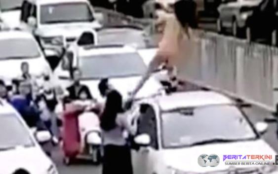 Stres Waktu Jalan Macet, Perempuan Ini Menari di Atas Mobil Dengan Kondisi Bugil