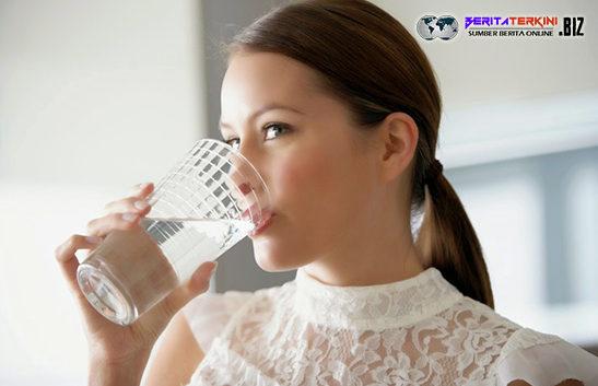 Terlalu Banyak Konsumsi Air Putih Juga Berbahaya